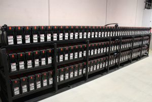 Der Batterieraum, ausgestattet mit 2 Batterie-Bänken von EnerSys, wurde mit genügend Platz für Wartungsarbeiten dimensioniert